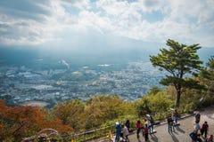 Mount Fuji och sjöKawaguchi sikt från det Mitsutoge berget i Japan royaltyfri fotografi