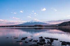 Mount Fuji på Kawaguchiko, reflexion, skymning Royaltyfria Bilder