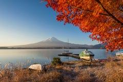 Mount Fuji sikt från sjön Kawaguchiko i höstfärg Royaltyfri Foto