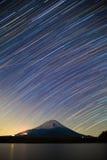 Mount Fuji, sjö Shojiko och stjärnaslingor av vinterstjärnor Arkivbilder