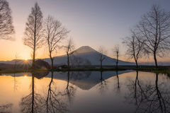 Mount Fuji under soluppgång med sjön på Fumoto Fotografering för Bildbyråer