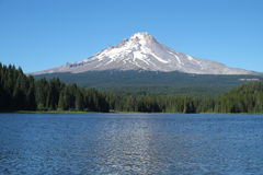 Mount Hood and Trillium Lake, Oregon, USA. Mount Hood, seen in summer, from Trillium Lake. This is one of the peaks making up the volcanic Cascades mountain Stock Photos