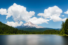 Mount Hood view from Trillium lake. Oregon, United-Sates royalty free stock images