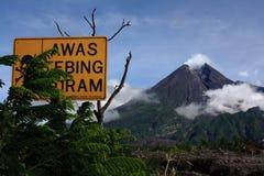 Mount Merapi и предупреждение знаков опасности стоковая фотография