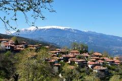 Mount Olympus och byn Palias Panteleimonas Arkivfoto
