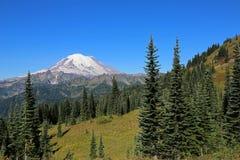 Mount Rainier от следа пропуска Naches Стоковые Изображения