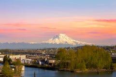 Mount Rainier från den Tacoma marina arkivfoto