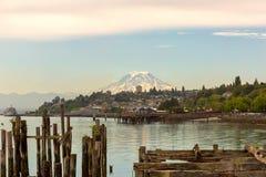 Mount Rainier från stad av Tacoma Washington Waterfront royaltyfri bild