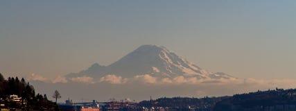 Mount Rainier i avståndet Fotografering för Bildbyråer