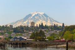 Mount Rainier på Tacoma strand i staten Washington fotografering för bildbyråer