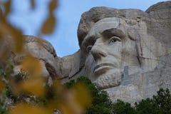 Mount Rushmore Линкольн через деревья стоковое фото rf