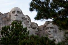 Mount Rushmore окружило деревьями стоковые изображения