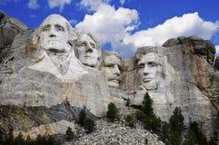 Mount Rushmore med den briljant blåttskyen Royaltyfri Bild
