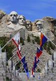 Mount Rushmore nationell monument med statliga flaggor. Arkivbilder