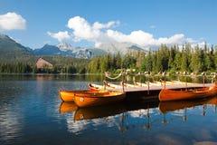Mountain湖Strbske普莱索和小船 免版税图库摄影