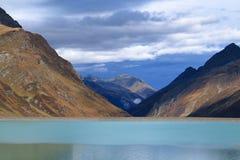 Mountain在Silvretta水库的湖风景 图库摄影