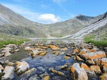 Mountain清楚的湖 免版税库存图片