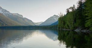 Mountain湖反射惨淡的天 免版税库存图片