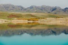 Mountain湖反射 图库摄影