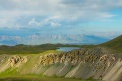 Mountain湖和一个美好的绿色多小山风景 图库摄影