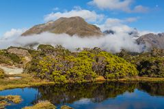 Mountain湖和云彩,关键山顶足迹, Routeburn轨道,新西兰 库存图片