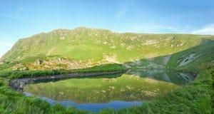 Mountain湖和山坡在它反射了 库存图片