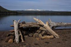 Mountain湖和Firepit 库存图片
