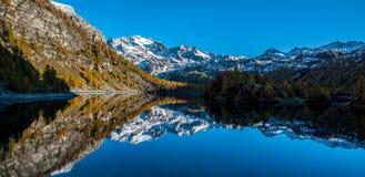 Mountain湖在意大利 库存图片