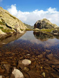 Mountain湖在Brenta白云岩的秋天在区域? 免版税库存照片