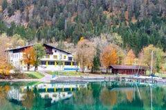 Mountain湖旅馆在秋天五颜六色的森林里 图库摄影