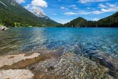 Mountain湖用清楚的水奥地利,提洛尔, Hintersteiner湖,更加狂放的Kaiser自然保护 库存照片