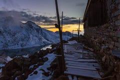 Mountain湖美好的日落, Gosaikunda尼泊尔 免版税库存照片