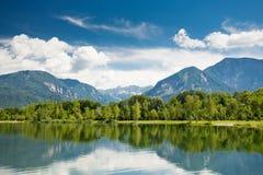 Mountain湖视图 Ferlacher Badesee 库存照片