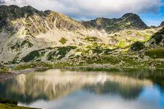 Mountain湖Bucura,在Retezat,罗马尼亚,欧洲 免版税库存照片