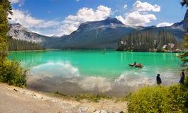 Mountain鲜绿色湖,小船,加拿大 免版税库存图片