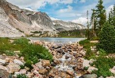 从Mountain湖的小河 免版税库存照片