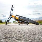Mountain bike allungato sulla terra senza gente immagine stock