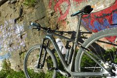 Mountain bike appoggiata al muro. Mountain bike leaning against an old wall with graffiti Royalty Free Stock Photography