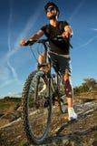 Mountain bike da equitação do homem novo Imagens de Stock Royalty Free