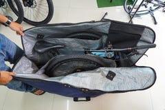 Mountain bike em um saco do curso da bicicleta foto de stock