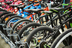 Mountain bike moderni in negozio Fotografie Stock Libere da Diritti