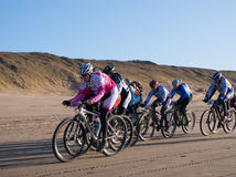 Mountain bikers taking part in the beach race Egmond-Pier-Egmond Stock Photography