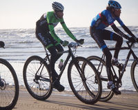 Mountain bikers taking part in the beach race Egmond-Pier-Egmond Stock Photos