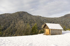 Mountain cabin in fresh winter snow Royalty Free Stock Photography