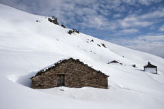 Mountain cabin in the snow Royalty Free Stock Images
