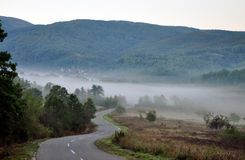 Mountain foggy road Royalty Free Stock Photos