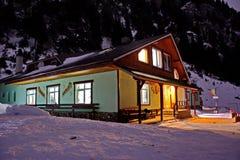 Mountain hut by night Royalty Free Stock Photos