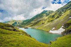 Mountain Lake Bello cielo con le nubi Valle meravigliosa Concetto di turismo e di escursione HDR Fotografia Stock Libera da Diritti