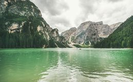 Mountain Lake di Braies en parc naturel de Fanes-Sennes-Braies, Italie Photographie stock