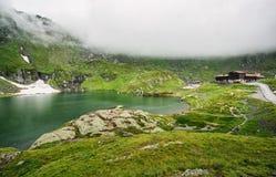 Mountain Lake Il lago fra le rocce Bello cielo con le nubi Valle meravigliosa Concetto di turismo e di escursione HDR Immagine Stock Libera da Diritti